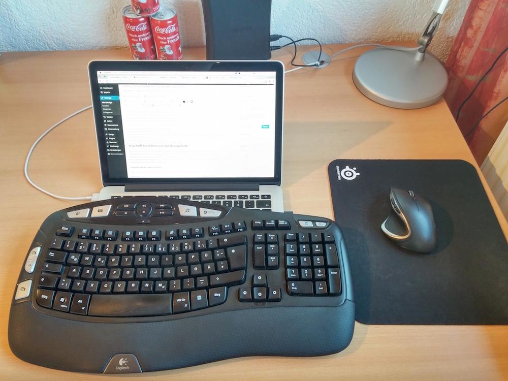 Die Nutzung von Tastatur und Maus können die unnatürliche Handhaltung am Laptop reduzieren (Bild: Copyright Benjamin Blessing).