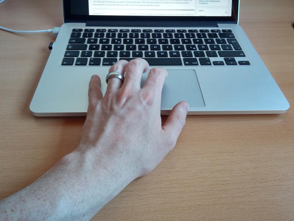 Die leicht nach links gezogene Handhaltung sorgt auf Dauer für Schmerzen um Handgelenk (Bild: Copyright Benjamin Blessing).