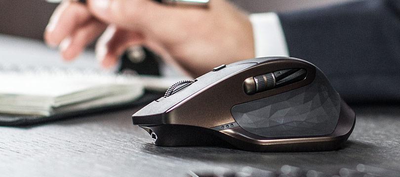 Dank Darkfield-Lasersensor ist die Maus auf Holz- und Glasoberflächen einsetzbar (Bild: Logitech).