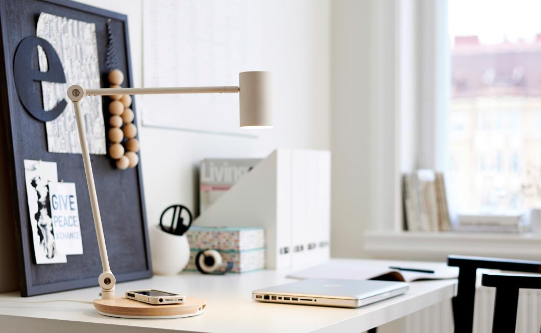 IKEA Schreibtischlampe mit Qi Technologie (Bild: IKEA).