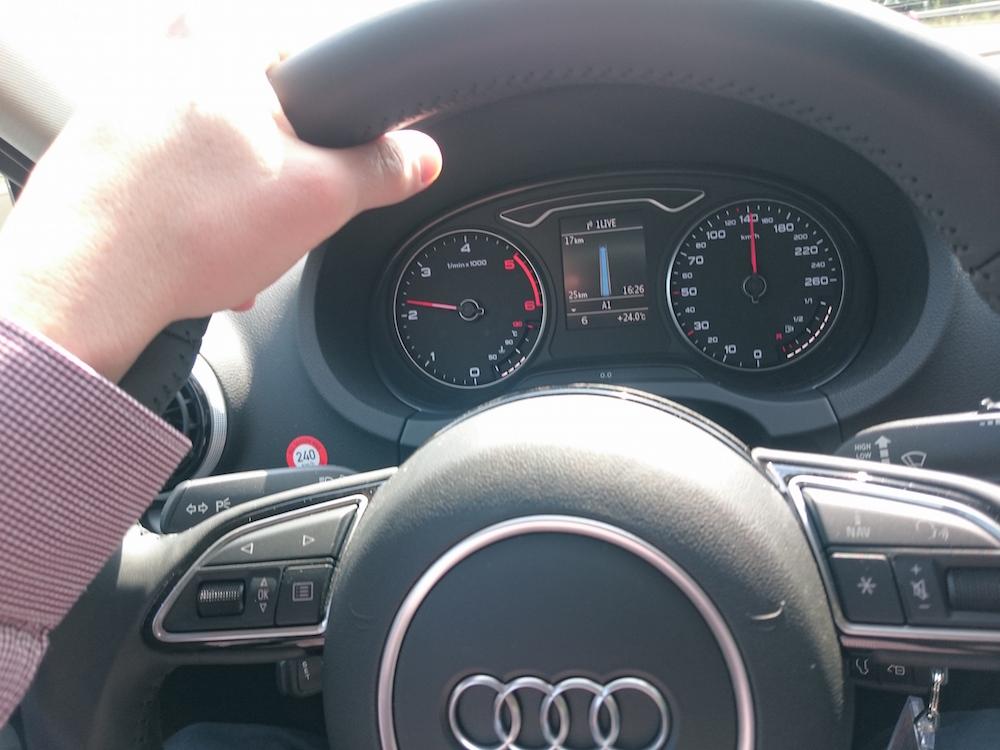 Tacho und MMI in der Audi A3 Limousine (Bild: Benjamin Blessing).