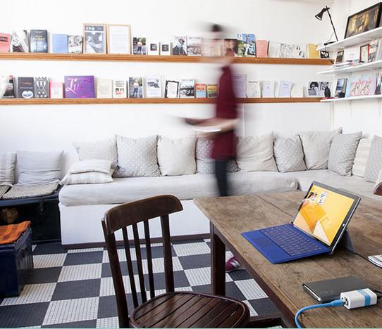 Festplatte an Lima angeschlossen und schon stehen die Daten kabellos auf Smartphone und Laptop zur Verfügung (Bild: Screenshot MeetLima.com).