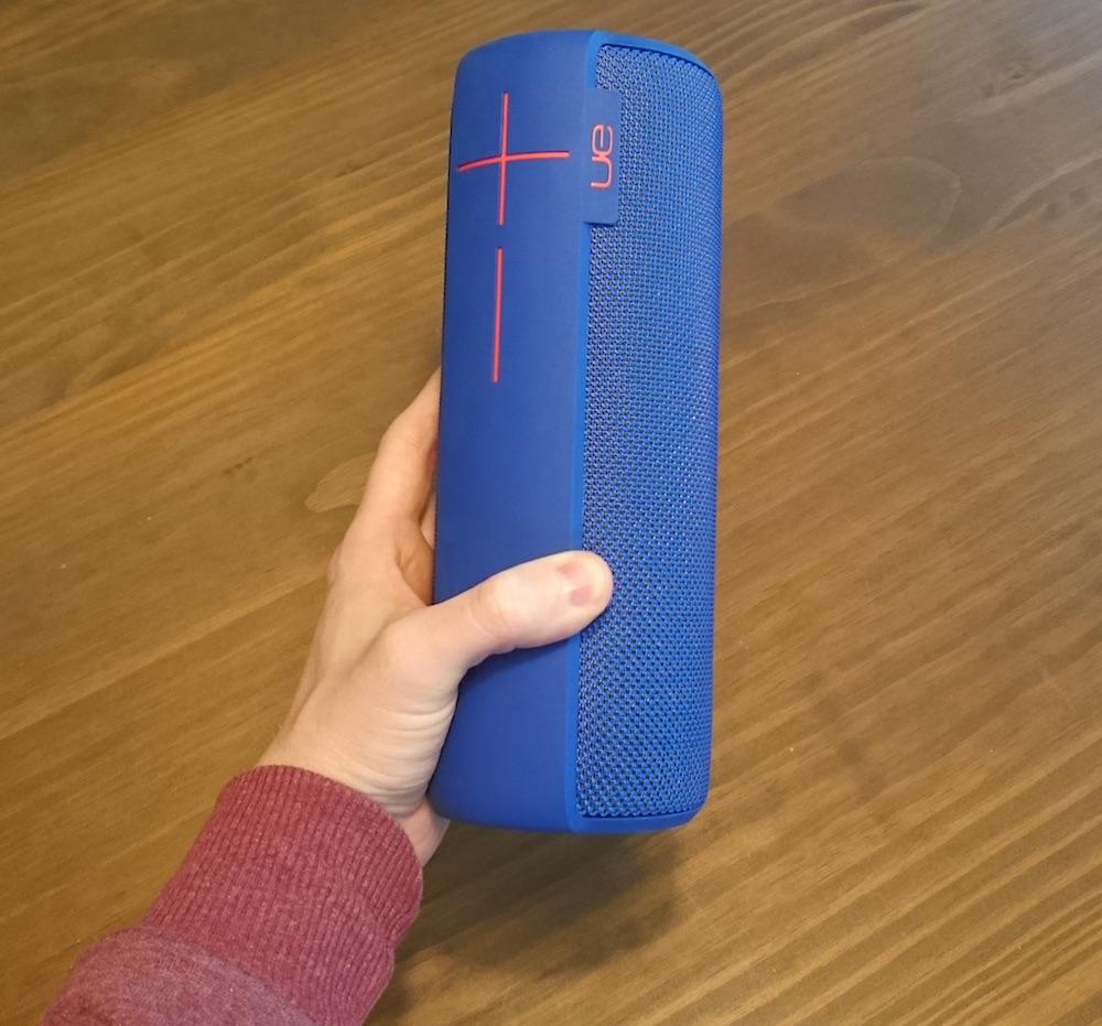 Der UE Megaboom ist weder besonders leicht noch schwer, bleibt aber trotz seiner 877 Gramm mobil (Bild: Benjamin Blessing).
