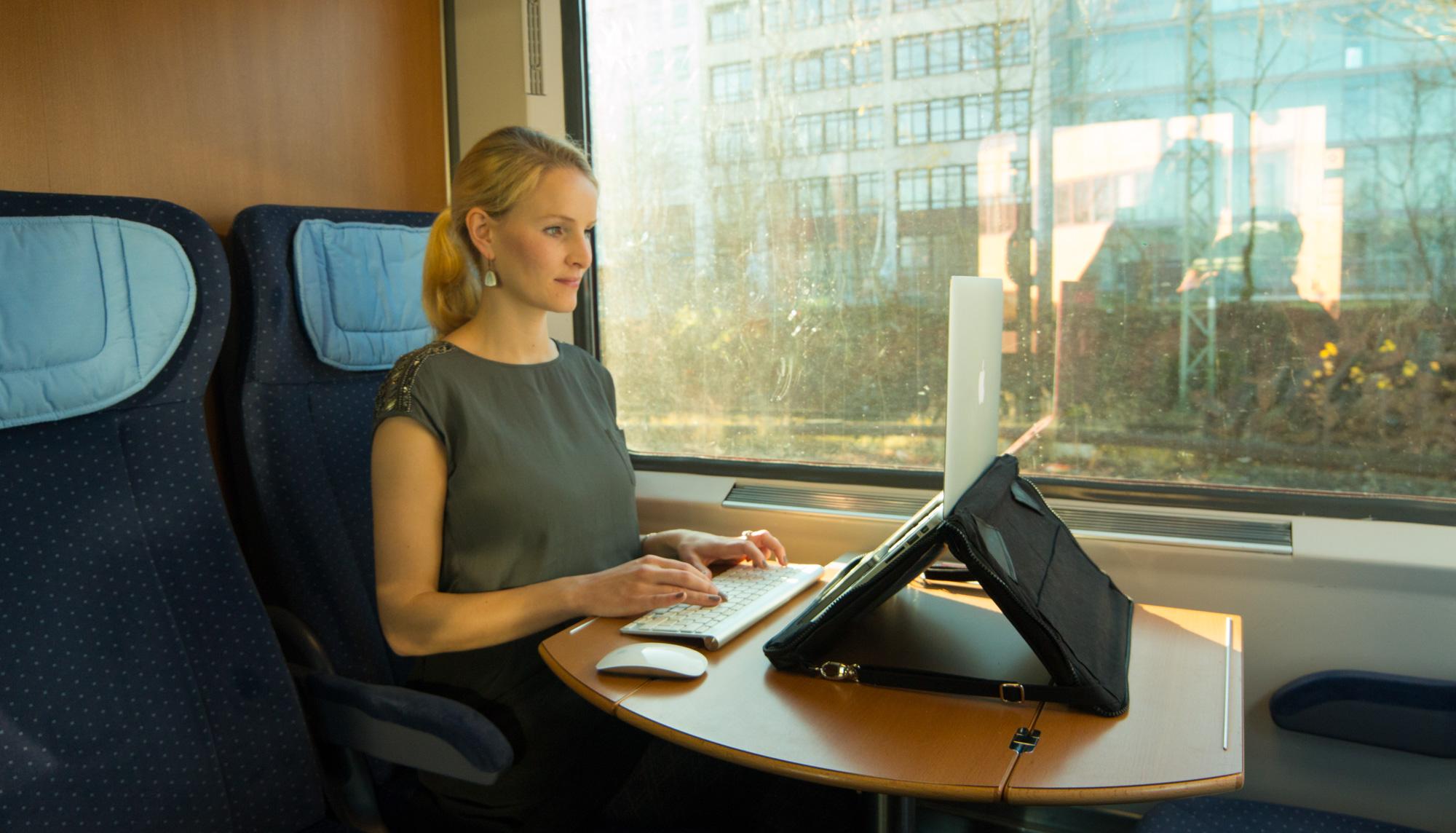 Helcy Notebooktasche im Zug