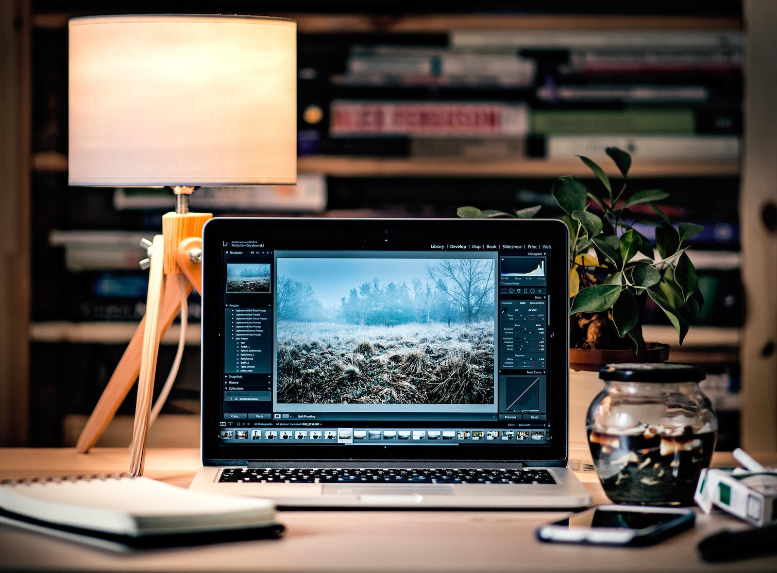 MacBook auf einem Schreibtisch