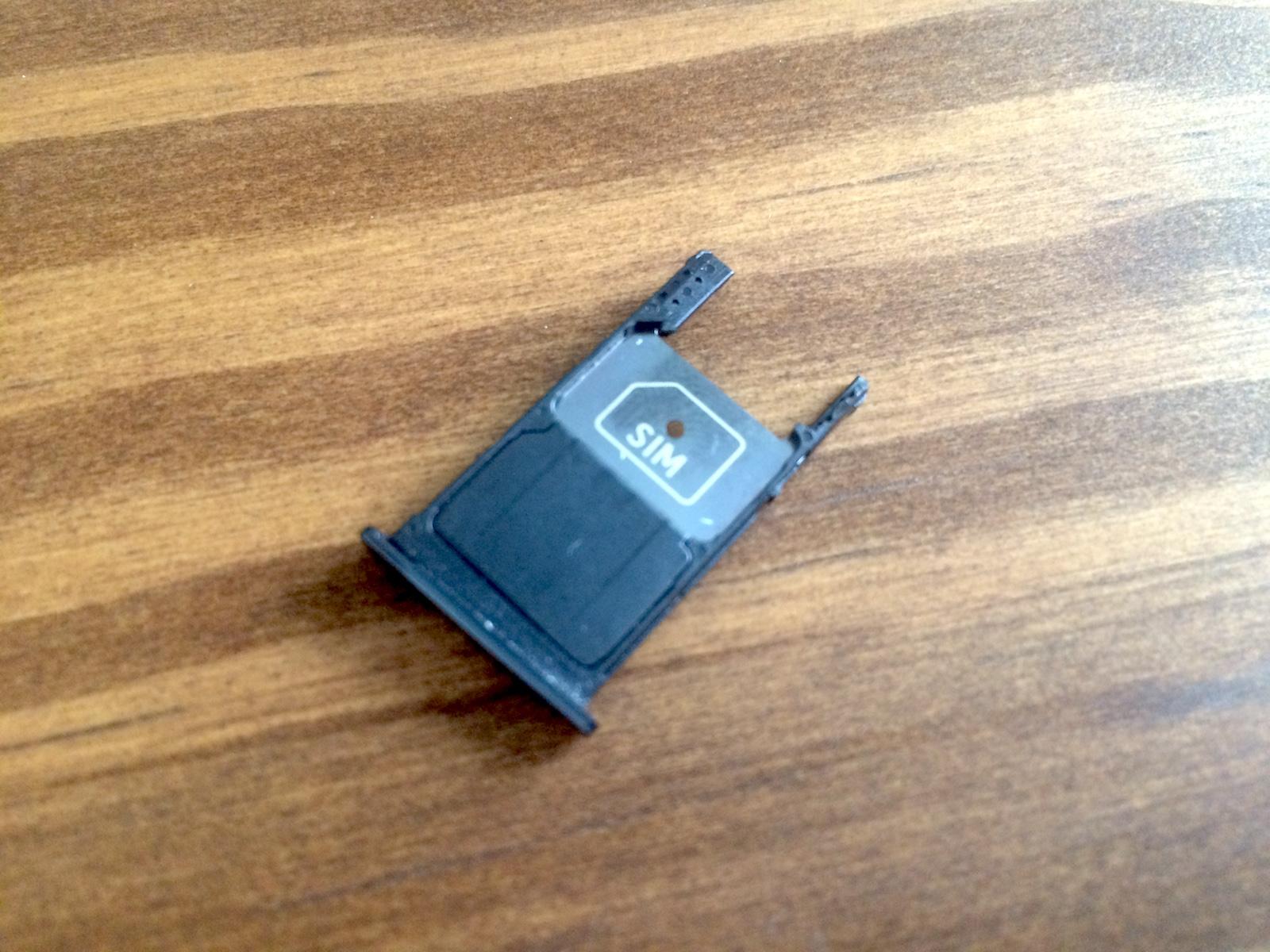 Moto X Play SIM-Schacht der Single-SIM Variante (Bild: Benjamin Blessing).