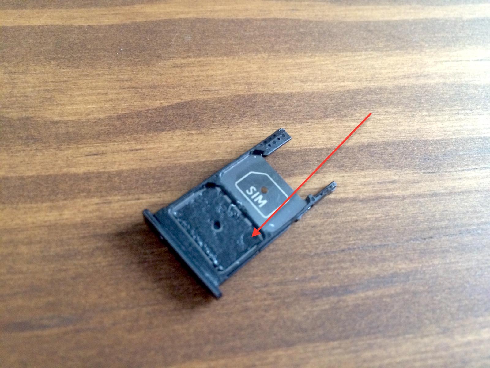 Die Plastikkarte wird durch einen Klebestreifen gehalten (Bild: Benjamin Blessing).