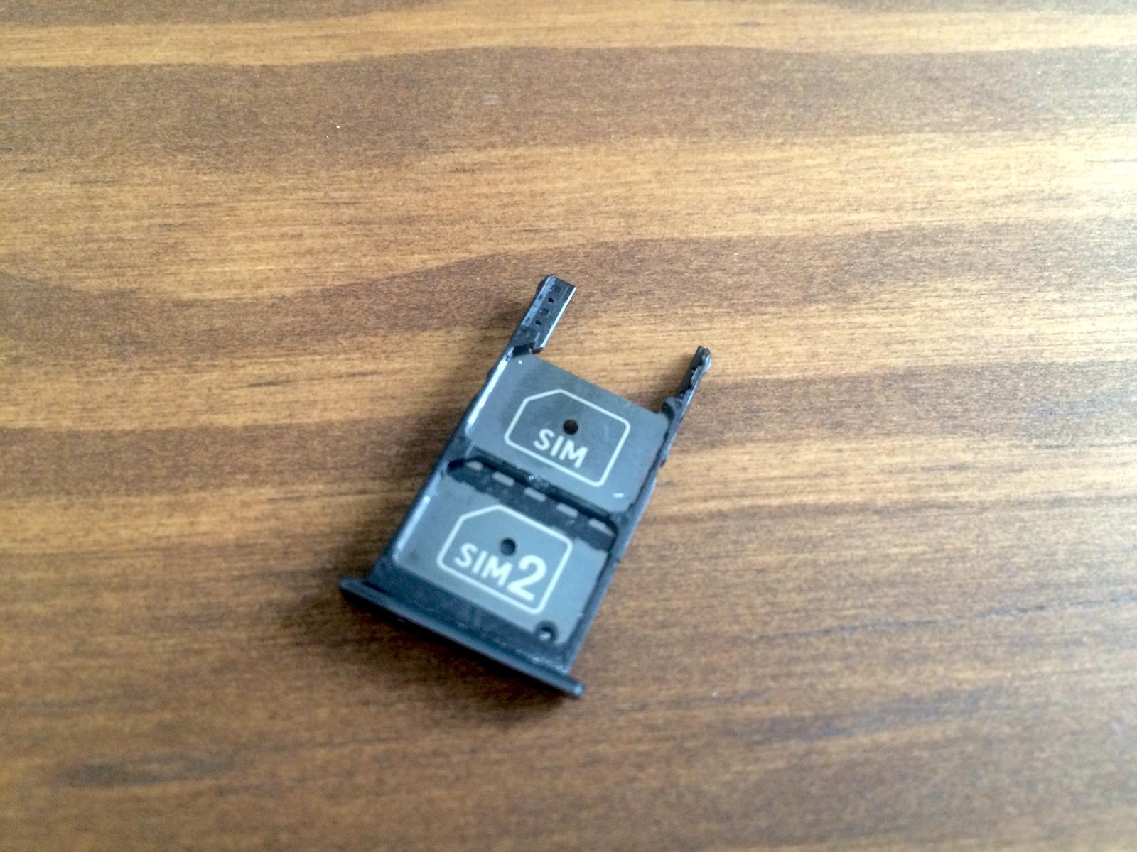 Jetzt hat das Moto X Play einen Dual-SIM Schacht (Bild: Benjamin Blessing).