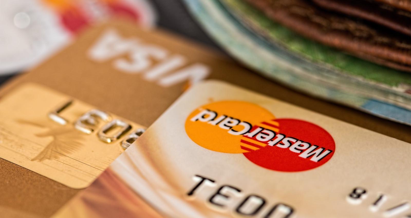 Kontaktlose Kreditkarte beim Bezahlen