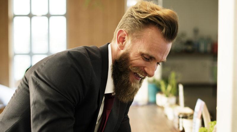 Bart glätten mit einer Bart Glättbürste, Glätteisen